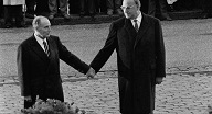 helmut-kohl-et-francois-mitterrand-le-22-septembre-1984 104
